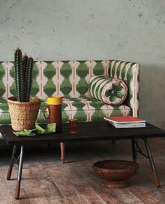 Patterned sofa and cactus. Sofà estampat i cactus Deco Boheme, Deco Design, Home And Deco, Sofa Design, Home And Living, Interior Inspiration, Color Inspiration, Interior And Exterior, Home Furniture