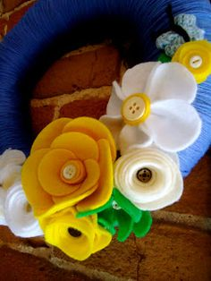 the young & the nestless: yarn wreaths :) Cute Crafts, Felt Crafts, Fabric Crafts, Sewing Crafts, Crafts For Kids, Felt Flowers, Diy Flowers, Fabric Flowers, Paper Flowers