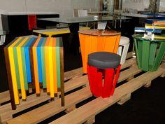 Mesa Code de madeira maciça com revestimento em laca brilho colorido (à esqueda) e mesas de centro laminadas vermelho, organge e verde, da Tremarin, na 3ª Abup Móvel Show. Foto: Felipe Costa.