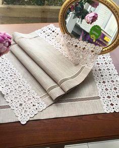 """Instagram'da Sevim Çeyiz & Tasarım: """"Leke tutmaz ketenden masa örtüsü ve konsol örtüleri.🌾 ( müşterimiz için yapılmıştır. Dantel bize ait değildir) Sevim Çeyiz &…"""" Leaf Table, Table Linens, Handicraft, Table Runners, Embroidery Stitches, Printed Shirts, Crochet Patterns, Arts And Crafts, Sewing"""