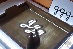 Grafomotricidad en la Mesa de Luz - Tarjetas Imprimibles - | Creciendo con Montessori Light Board, Reggio Emilia, Presents For Kids, Sand Art, Light Project, Writing Activities, Light And Shadow, Light Table, School Projects