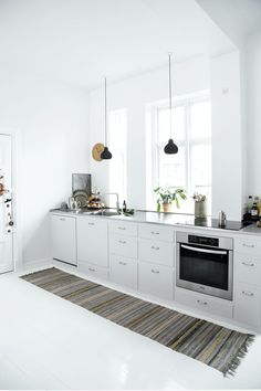 Look at these before and after pictures of this white kitchen. the result is a light and beautiful white and modern kitchen area. Kitchen Island, Kitchen Cabinets, Modern, Home Decor, Pictures, Beautiful, Island Kitchen, Photos, Trendy Tree