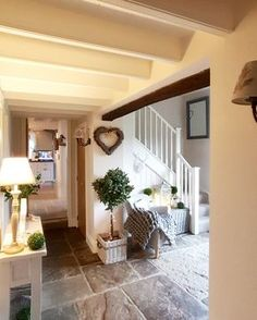 Stone floor, erinnert an alte Bauernhäuser . - New Ideas Cottage Hallway, Cottage Living Rooms, Country Cottage Bedroom, Country Home Interiors, Cottage Staircase, Small Cottage Interiors, Country Bedrooms, Style At Home, Salons Cottage