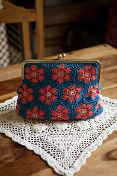 Pattern available in Crafty-Magazine-Issue African-Flowers-Retro-Clutch-Purse-Kat-Goldin Crochet Diy, Crochet World, Crochet Crafts, Crochet Projects, Crochet Coin Purse, Crochet Purses, Crochet Bags, Crochet African Flowers, Crochet Flowers