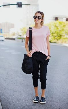 T-shirt rosa, calça preta jogging, tênis preto