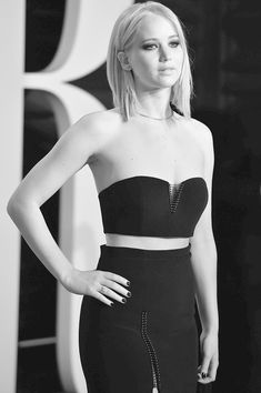 Jennifer Lawrence Photos - This image has been converted to Black and White.Actress Jennifer Lawrence attends the 2016 Vanity Fair Oscar Party Hosted By… Jennifer Lawrence Fotos, Lawrence Photos, Jennifer Laurence, Graydon Carter, Femmes Les Plus Sexy, My Sun And Stars, Hairstyles For Round Faces, Woman Crush, Sara Ali Khan