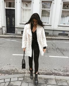 Black Outfit With White Fuzzy Coat Look Fashion, Fashion Outfits, Womens Fashion, Fall Winter Outfits, Autumn Winter Fashion, White Fur Coat, Fuzzy Coat, Fur Coat Outfit, Winter Stil