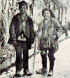 Parmi ces métiers itinérants d'autrefois, les petits ramoneurs qui, loin de l'image d'Épinal, menaient une vie rude et miséreuse.