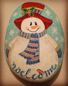 winterwonderland #steinkunst #stein #steinebemalen #stone #stoneart #stonepainting #paintingrock #paintedstones #handarbeit #handmade #posca #poscaart #acrylicpainting #snow #schnee #winter #schneemann