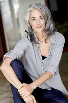 Hairdressing Advice That Will Keep Your Hair Looking Great. Are you affected by constant bad hair days? Do you feel as if you have tried everything possible to get manageable hair? Do not stress about your hair, rea Grey Hair Model, Grey Hair Wig, Long Gray Hair, Grey Hair At 40, White Hair, Blonde Hair, Frontal Hairstyles, Cool Hairstyles, Curly Hair Styles