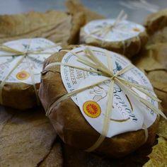 Epicerie fine - Le fromage de chèvre de Banon. À quelques kilomètres du Mont Ventoux, au pied des Alpes de Haute-Provence, une vallée de moyenne montagne. Dans ce paysage escarpé, qui fleure la garrigue, des chèvres en liberté fournissent un lait parfumé idéal pour la fabrication d'un fromage : le Banon. Il bénéficie depuis 2003 d'une appellation d'origine contrôlée (AOC).