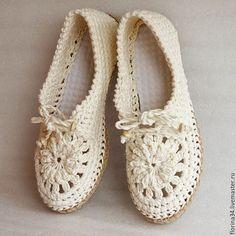 Мокасины вязаные Lady G изо льна Цена: 2800 руб. Очень женственная, удобная, нарядная обувь для прогулок по улице. Основа выполнена крючком из 100% льна. Подошва - современный качественный материал, пластичный, легкий и износостойкий. Сверху балетки утягиваются по объему вашей ножки.