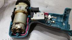 Atornillador de batería Makita. Vista del interior. Motor y conexión con interruptor y terminal de batería.