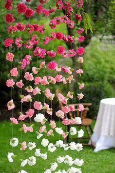 Cortinas de papel para bodas con flores en ombre
