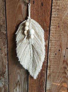 Macrame feather – Top Of The World Macrame Art, Macrame Projects, Macrame Knots, Yarn Wall Art, Creation Deco, Beaded Garland, Jewelry Clasps, Macrame Patterns, Yarn Crafts