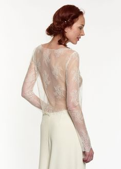 Accessoire pour robe de mariée. Pull ample en dentelle de Calais. A porter sur une robe ou un ensemble. PULL3A-570€ www.metalflaque.fr