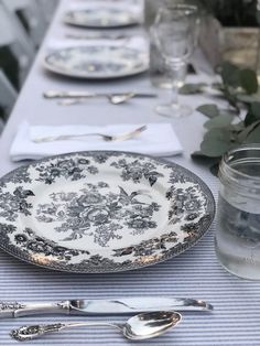 🌟Tante S!fr@ loves this📌🌟My Favorite Outdoor Summer Party - My 100 Year Old Home Table Setting Design, Beautiful Table Settings, Thanksgiving Table Settings, Outdoor Parties, Outdoor Entertaining, Ceramic Tableware, Happy House, Outdoor Dining, Outdoor Spaces