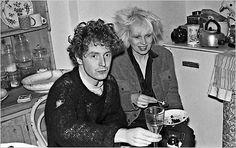 Nel 1975 il manager Malcom McLaren creò il mito dei Sex Pistols con il contributo di sua moglie Vivienne Westwood che ideò per loro un look stravagante e d'impatto.