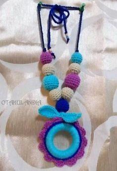 Collar de lactancia Fashion Violet - diseñado, creado y realizado a mano en crochet... perfecto para que el bebé se distraiga agarrándolo y tirando de él mientras le das sus tomas, le porteas o le tienes en brazos ¡te ahorrarás tirones de pelo!.