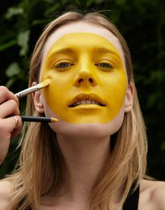 i tutorial di isamaya ffrench: emoji | Draw a circle freehand around the face with a watercolor yellow body in Inglese