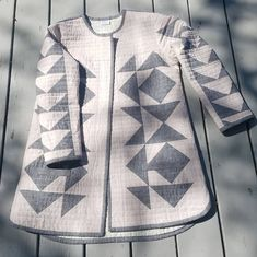 Quilted Clothes, Quilted Coats, Quilted Jacket, Coat Patterns, Clothing Patterns, Sewing Patterns, Diy Fashion No Sew, Blanket Coat, Patchwork Dress