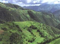 La tierra de Querétaro está fuerte porque es cerca de la cordillera de la Sierra Madre, o la Sierra Gorda, como es llamada localmente. La Sierra Gorda contiene el Sotano de Barro, el mortero más profundo del mundo. Los cañones que enmarcan el Moctezuma y Santa María constituyen la frontera con los estados vecinos de Hidalgo y San Luis Potosí, respectivamente.