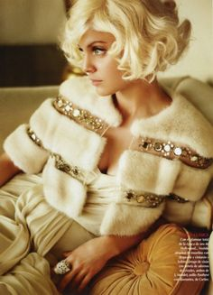 Women and girls with blonde hairs are also looking for some sexy short hairstyles which they can try on their hair. Here is the gallery of some beautiful blonde short hair styles Short Curly Hair, Curly Hair Styles, Curly Bob, Short Wavy, Short Blonde, Looks Party, Mode Glamour, Vestidos Vintage, Hollywood Glamour
