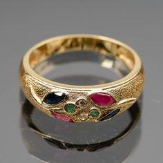 Timanttisormus, kultaa, safiiri, smaragdi ja rubiini.