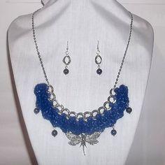 Collar 54: lana azul matizada con dijes. Con aros. Ch$6.000.