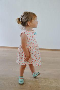 Freebook (niederländisch aber gut bebildert) süße Kleid für Kinder/ Mädchen 62 - 92 nähen (kostenloses Schnittmuster)