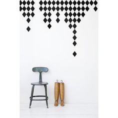 Harlequin är en riktigt snygg och fin väggdekoration från Ferm Living. Väggdekorationen är enkelt att sätta upp, bara klipp isär delarna och sätt upp direkt på väggen. Snyggt, smart och enkelt.