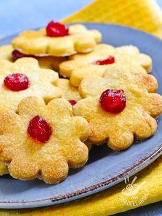 Flowers shortbread with candied cherries (Vegan) - Volete provare dei biscotti vegan davvero appetitosi e facili? I Fiorellini di frolla con ciliegie candite sono quello che fa per voi. Che bontà... #biscottivegan #dolcivegan