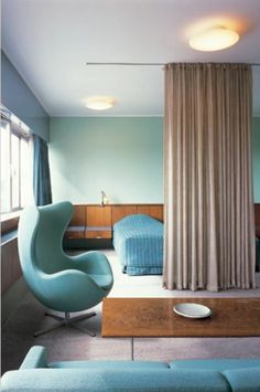 chambre à coucher chic avec mur en bleu ciel, chaise oeufs bleue