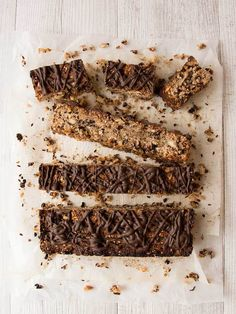 Choc Chip Granola Bars Easy to whip up, these crunchy choc chip granola bars are a perfect snack on the go or a sweet mid-afternoon treat with a cup of tea. Gaps Diet Recipes, Fodmap Recipes, Low Fodmap, Fodmap Diet, Healthy Travel Food, Healing Soup, Chocolate Chip Granola Bars, Candida Diet, Gluten Free Chocolate