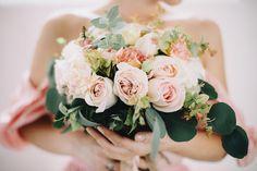 Wunderschöner Blumenstrauß für die Braut an Ihrem Hochzeitstag. Inspiration für Eure Hochzeit   But Flowers First   Foreverly.de