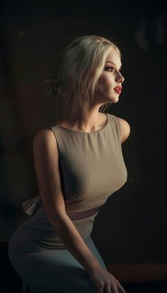 A beautiful photography lighting. A perfect modeled portrait Photography Women, Portrait Photography, Fashion Photography, Photography Lighting, Photography Basics, Photography Lessons, Beauty Photography, Nature Photography, Photographie Portrait Inspiration