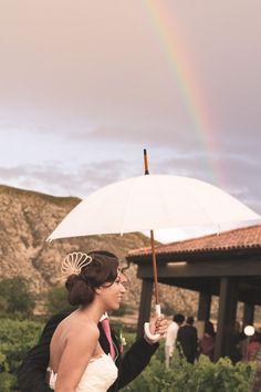 Fotografía de novios con arcoíris