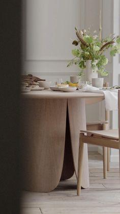 Doften av nybryggt kaffe och solens försiktiga morgonstrålar. Gå på upptäcktsfärd i våra inspirationsvideor som med nya ideer sätter lugn, välbefinnande och avkoppling i centrum och skapar den vackraste bakgrunden till en perfekt och lugn morgonstund. Duka med vackra designserier som servisen Arcs, som i sin vackra enkelhet låter maten, sällskapet och omgivningen stå i rampljuset. Home Room Design, Dining Room Design, Interior Design Living Room, Room Decor Bedroom, Diy Room Decor, Home Decor, Diy Storage Headboard, Diy Wooden Projects, Living Room Tv Unit Designs
