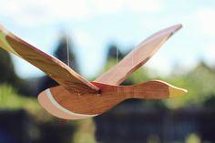 Wooden Flying Bird Mobile por GwynethHulseDesign en Etsy