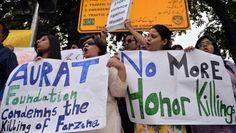 """Un grupo defensores de derechos humanos protestan en Islamabad, Pakistán, contra los llamados """"crímenes de honor"""" que sufren las mujeres que según Naciones Unidas ascienden a 5.000 cada año y son perpetrados por miembros de su propia familia. (Foto de archivo)Cinco hombres mutilaron a un joven de 24 años por tener un romance con una mujer casadaLos hombres le cortaron los brazos, los labios y la nariz a la víctima,..."""