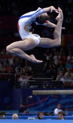 Andreea Răducan (Romania) on floor at the 2000 Sydney Olympics Amazing Gymnastics, Gymnastics Pictures, Sport Gymnastics, Artistic Gymnastics, Olympic Gymnastics, Rhythmic Gymnastics, Gymnastics Floor, Gymnastics Problems, Olympic Games