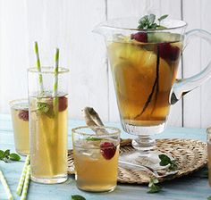 Früchte-Eistee mit Vanille Eisgekühlter Tee mit frischen Früchten, die ihm sein ganz besonderes Aroma geben. In der Wahl der Früchte können Sie natürlich variieren.