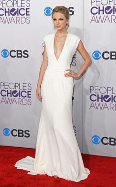 People's Choice Awards: Taylor Swift is fabulous in this Ralph Lauren white gown. She looks fierce and sexy post break up. I love her ice blue earrings. It looks amazing with the dress. Work it, Taylor!