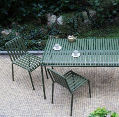 Afternoon tea and the new Palissade outdoor furniture collection designed by Ronan and Erwan Bouroullec for HAY, Denmark. Metal Lawn Chairs, Mesa Exterior, Hay Design, Outdoor Furniture Design, Green Outdoor Furniture, Metal Garden Furniture, Furniture Ideas, Outdoor Tables, Outdoor Decor