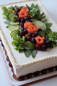 nice styling of a savoury sandwich 'cake' Sandwich Torte, Salad Cake, Party Sandwiches, Food Carving, Good Food, Yummy Food, Food Garnishes, Food Platters, Food Decoration