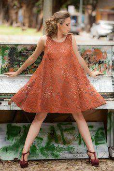Iáskara Isadora Vestido de papel derivado da reciclagem de sacos de cimento tingido com terra vermelha.