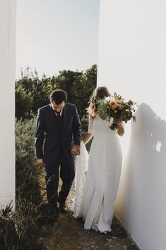 Weddings in Algarve are always a great idea. Sofia and Rodrigo decided to get married at Quinta do Muro located by the natural preserve of the Rio Formosa. It was a rustic-chic Portuguese wedding in Cacela Velha. This Algarve venue has a modern architecture style with lots of nature areas. The decoration with earthy tones and warm colors made the wedding day even more special. Got Married, Getting Married, Portuguese Wedding, Algarve, Rustic Chic, Warm Colors, Preserve, Earthy, Modern Architecture