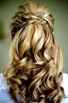 félig feltűzött frizura fonott hajpánttal