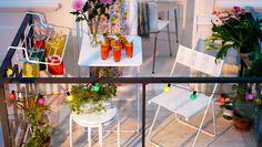IKEA Österreich, Inspiration, Garten, Terrasse, Balkon, Outdoor, Sommer, Sonne, HÄRÖ Klappstühle in Weiß, HÄRÖ Klapptisch in Weiß mit GODIS Gläsern darauf, ROXÖ Hocker in Weiß und ANTONIUS Trockengestell in Weiß mit bunten Lampions