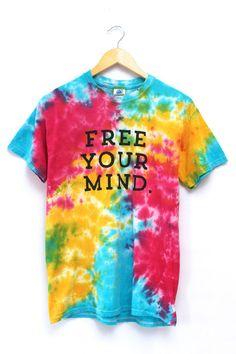 free your mind Tie Die Shirts, Cool Shirts, Diy Tie Dye Designs, Shirt Designs, Champion Clothing, Belly Shirts, Tie Dye Crafts, Tie Dye Rainbow, Tie Dye Fashion